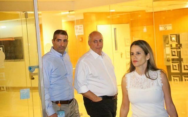 Chemi Peres (center), son of former Israeli president Shimon Peres, outside Sheba Medical Centre near Tel Aviv, September 13, 2016. (Flash90)
