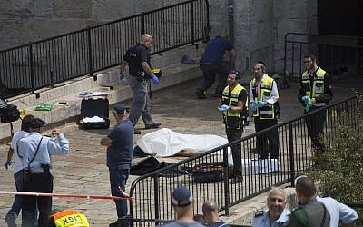 Israeli security forces near the body of a Jordanian attacker at the scene of an attempt stabbing attack at Damascus Gate in Jerusalem on September 16, 2016. (Yonatan Sindel/Flash90)