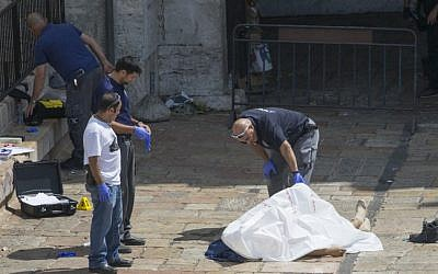 Israeli security forces near the body of a Jordanian attacker at the scene of an attempted stabbing attack at Damascus Gate in Jerusalem on September 16, 2016. (Yonatan Sindel/Flash90)