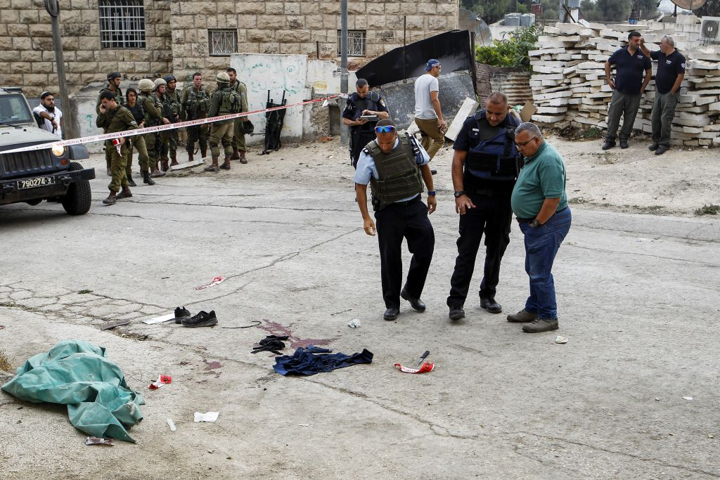Israeli soldiers and security forces at the scene of a stabbing attack in Tel-Rumida in the West Bank city of Hebron, September 17, 2016. (Wisam Hashlamoun/Flash90)