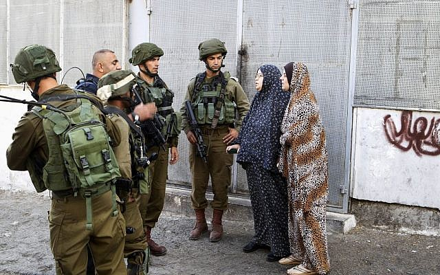 Israeli soldiers at the scene of a stabbing attack in Tel-Rumida in the West Bank city of Hebron, September 17, 2016. (Wisam Hashlamoun/Flash90)