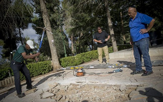 Workers begin preparing the burial plot for former president Shimon Peres at the National Leaders section of the Mount Herzl cemetery in Jerusalem, September 28, 2016. (Yonatan Sindel/Flash90)