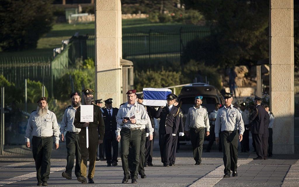 The Knesset Honor Guard carries the coffin of former president and prime minister Shimon Peres at the Knesset, September 29, 2016. (Hadas Parush/Flash90)