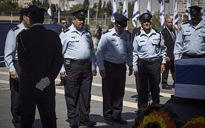 Police chief Roni Alsheich, second left, pays his respects by the coffin of Shimon Peres at the Knesset on September 29, 2016.  (Hadas Parushl/Flash90)