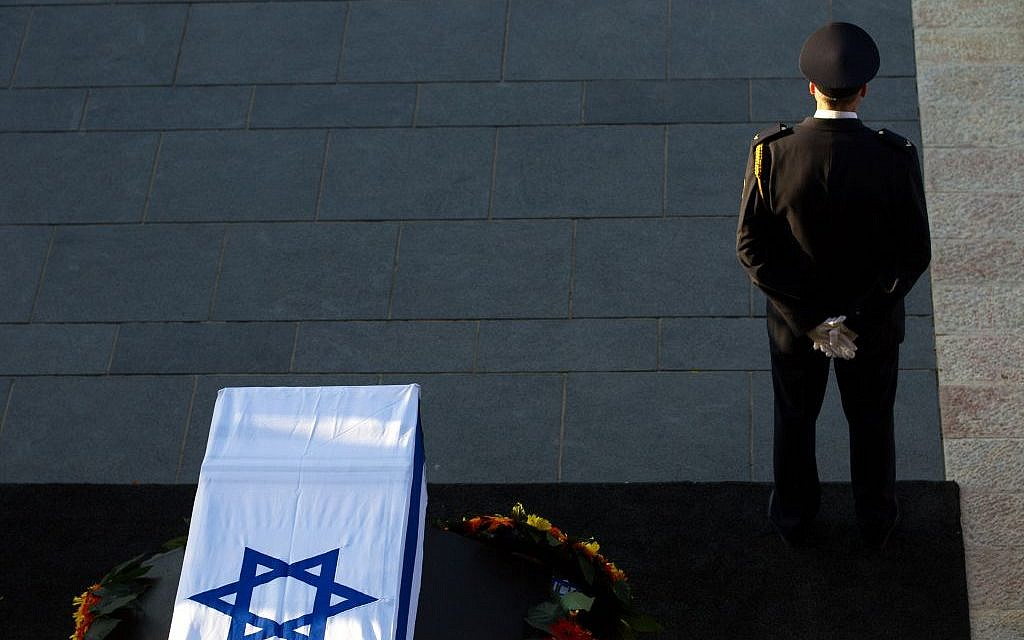The Knesset Honor Guard stands by the coffin of Shimon Peres at the plaza where the public paid their last respects to the former president on September 29, 2016. (Photo by Miriam Alster/Flash90)