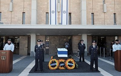 The coffin of former president Shimon Peres at the Knesset plaza, the day before his burial, in Jerusalem, September 29, 2016. (Tomer Neuberg/Flash90)