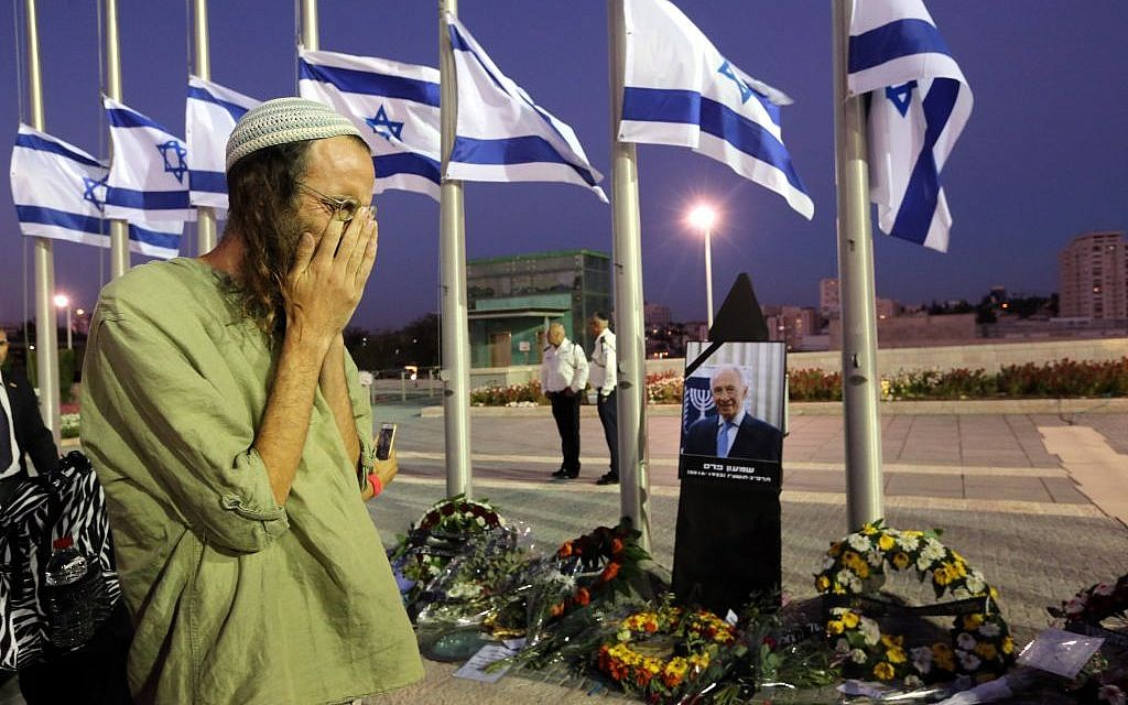 An Israeli pays his last respects to former president Shimon Peres at the Knesset on September 29, 2016, where his coffin lay in state the day before his burial on Mount Herzl. (Yossi Zamir/Flash90)