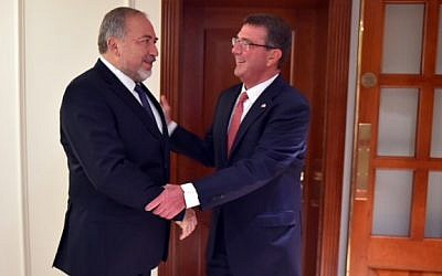 Defense Minister Avigdor Liberman, left, meeting with his US counterpart Ashton Carter in London on September 7, 2016. (Ariel Hermoni/Defense Ministry)