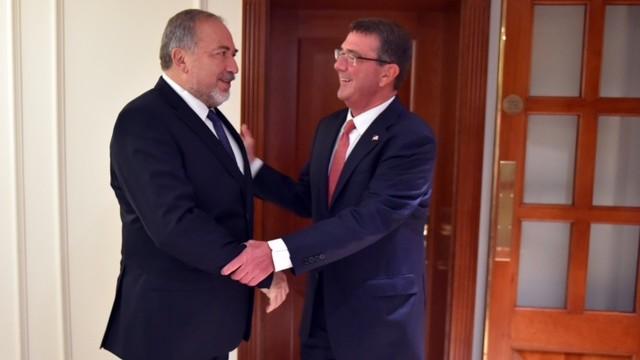 Defense Minister Avigdor Liberman, left, meeting with Ashton Carter in London on September 7, 2016. (Ariel Hermoni/Defense Ministry)