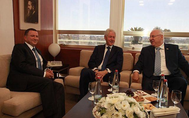 Former US president Bill Clinton, Israeli president Reuven Rivlin and Knesset Speaker Yuli Edelstein at the Knesset, September 29, 2016. (Yizhak Harari/Shimon Rivkin/Knesset Spokesman's office)