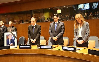 Ban Ki-Moon (l), Danny Danon (c) and Samantha Power (r) stand in a minute's silence as the United Nations holds a memorial ceremony for Shimon Peres, September 29, 2016 (courtesy)