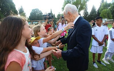 Shimon Peres at the Peres Center for Peace's football program (Peres Center for Peace Archives)