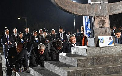 Ukrainian President Petro Poroshenko and others bow their heads before a memorial for the Babi Yar massacre in Kiev Ukraine on September 29, 2016. (Shahar Azran / WJC)