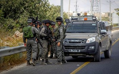 File: Border Police officers at the scene of an attempted stabbing attack near the entrance to the Kiryat Arba settlement, September 23, 2016. (Wisam Hashlamoun/Flash90)