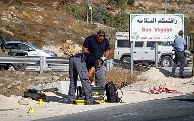 Israeli security forces at the scene of an attempted stabbing attack outside Bani Na'im, near Hebron. September 20, 2016. (Wisam Hashlamoun/Flash90)