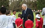Shimon Peres with children at the Peres Center for Peace (Peres Center for Peace Archives)