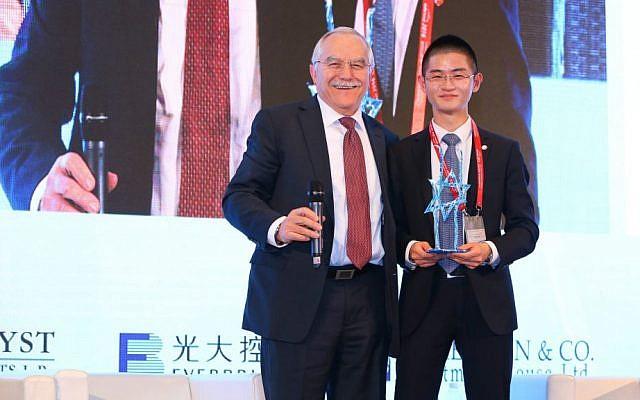 Catalyst CEL Fund's Yair Shamir presents a GoforIsrael award to Fosun Group's Joe Yizhou He  (Courtesy)