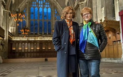 Rachel Weisz, who plays Deborah Lipstadt in the movie, poses with her for a photo. (Liam Daniel/Bleecker Street)