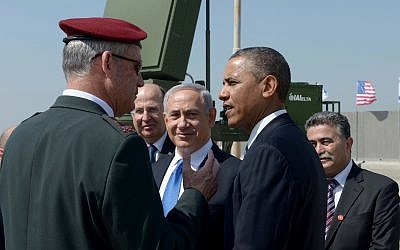 US President Barack Obama (right), IDF ex-chief of staff Lt.-Gen. Benny Gantz (left), ex-defense minister Moshe Ya'alon and Prime Minister Benjamin Netanyahu against the backdrop of an Iron Dome anti-rocket battery, March 20, 2013 (Avi Ohayon/GPO/Flash90)