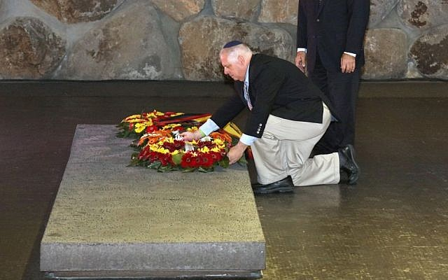 Maryland Governor Larry Hogan lays a wreath at the Yad Vashem Holocaust Museum in Jerusalem on September 23, 2016 (photo credit: Steve Kwak, Executive Office of the Governor)