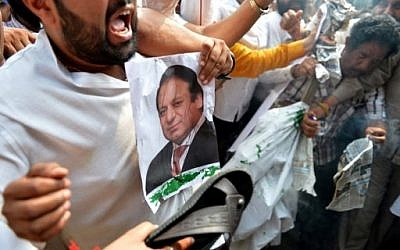 Indian activists from the Congress Party shout anti-Pakistan slogans and hold a picture of Pakistan prime minister Nawaz Sharif during a protest against Pakistan in Jammu on September 21, 2016. (AFP PHOTO / TAUSEEF MUSTAFA)