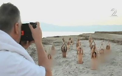 American photographer Spencer Tunick shoots nude environmental activists at Israel's Dead Sea on September  11, 2016 (Channel 2 News)