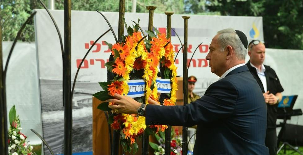 Prime Minister Benjamin Netanyahu places a wreath at the memorial service for the Yom Kippur War, October 13, 2016 (Kobi Gidon/GPO)