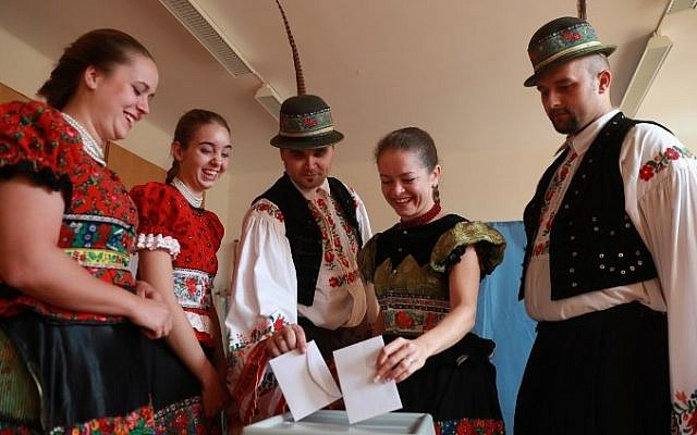Voters wearing traditional 'Matyo' cast their ballots at a polling station in Mezokoevesd, eastern Hungary, on October 2, 2016. (AFP / FERENC ISZA)