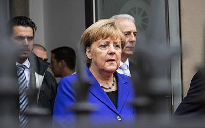 German Chancellor Angela Merkel and the prime minister for the federal state of Saxony, Stanislaw Tillich, right, take part in festivities to celebrate the Day of German Unity in Dresden on October 3, 2016. (AFP Photo/Odd Andersen)