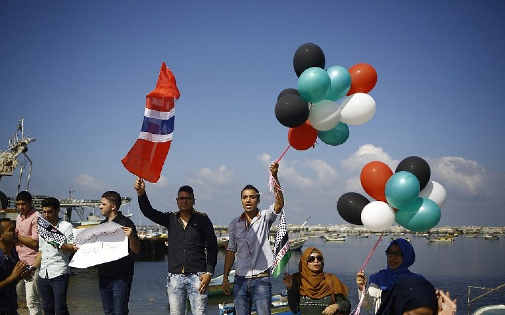 Palestinians show their solidarity with a Gaza-bound flotilla of international activists attempting to break the Israeli blockade on the Hamas-run Gaza Strip, on October 5, 2016. at the port in Gaza City. (AFP/ MOHAMMED ABED)