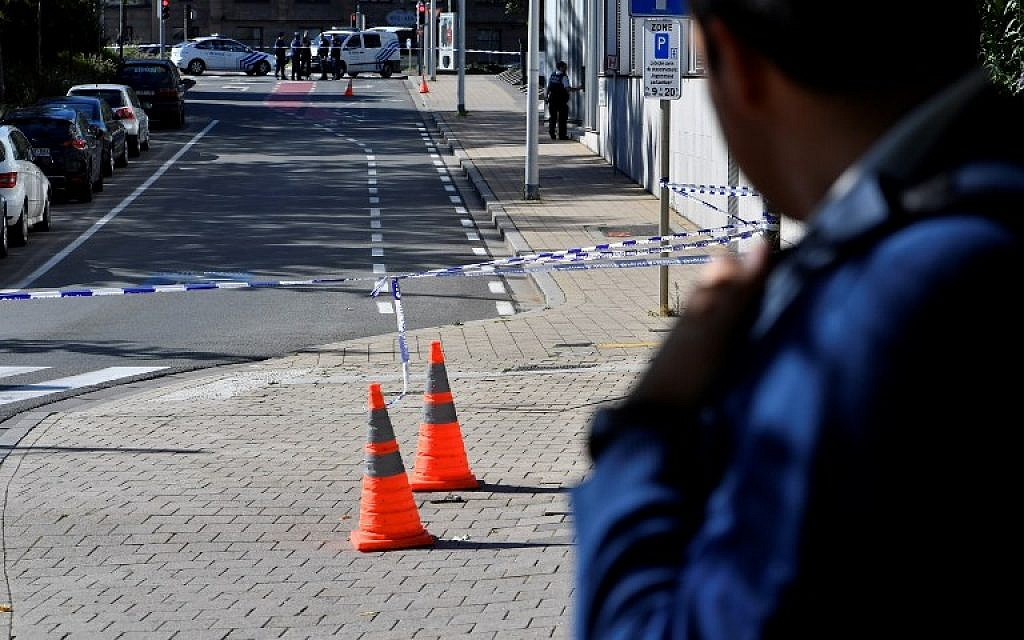 A security perimeter set around n the scene where two police officers were stabbed on October 5, 2016 in the Schaerbeek neighborhood in Brussels. (AFP PHOTO / BELGA / DIRK WAEM)