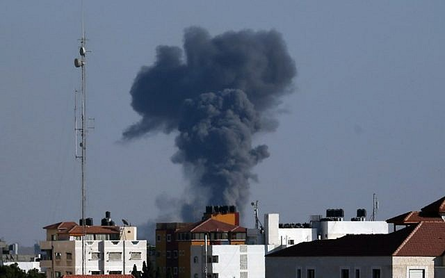 Smoke rises from east Gaza City after Israeli military struck a Hamas position in a reprisal attack in the Gaza Strip on October 5, 2016. (AFP/MAHMUD HAMS)