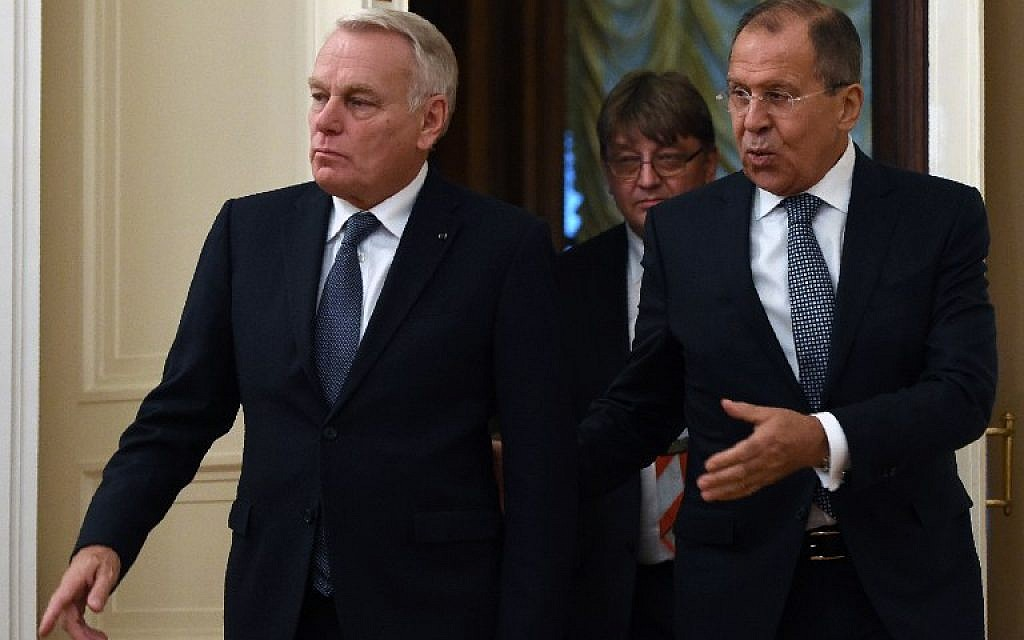 Russian Foreign Minister Sergey Lavrov (R) shows the way to his French counterpart Jean-Marc Ayrault during a meeting in Moscow on October 6, 2016. (AFP PHOTO/VASILY MAXIMOV)