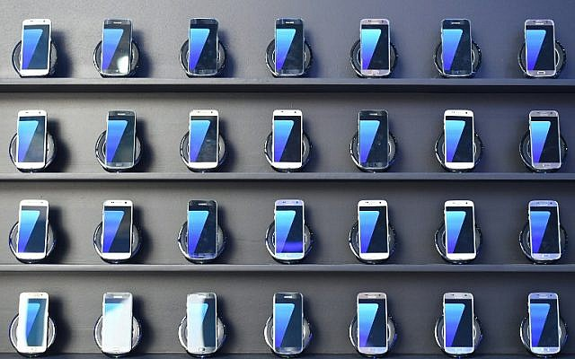 Samsung Galaxy S7 mobile devices on display at the Olympic Park in Rio de Janeiro, August 2, 2016. (AFP Photo/Kirill Kudryavtsev)