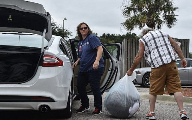 As Hurricane Matthew makes its way towards the United States, people load their belongings onto a car in Myrtle Beach, South Carolina, October 6, 2016. (AFP/NICHOLAS KAMM)