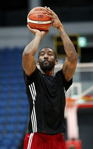 Former NBA All-Star Amar'e Stoudemire shoots during a basketball training session with his new club Hapoel Jerusalem in Jerusalem on October 7, 2016. (AFP PHOTO / THOMAS COEX)