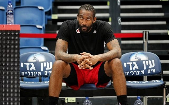 Former NBA All-Star Amar'e Stoudemire rests during a basketball training session with his new club Hapoel Jerusalem in Jerusalem on October 7, 2016. (AFP PHOTO / THOMAS COEX)