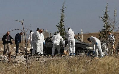 Police forensic officers work at the scene of a suicide bombing in Haymana, in the outskirts of the capital Ankara, on October 8, 2016. (AFP PHOTO / ADEM ALTAN)