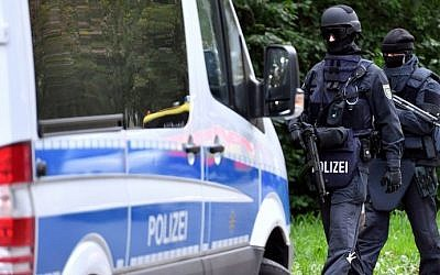 Policemen of a special unit are pictured at the Yorckgebiet district of Chemnitz, eastern Germany,  on October 9, 2016.  AFP /dpa/Hendrik Schmidt)