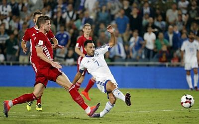 Israel's midfielder Eran Zahavi (C) passes the ball as Liechtenstein's midfielder Sandro Wieser defends during the World Cup 2018 qualification football match between Israel and Liechtenstein at the Teddy Kollek Memorial Stadium in Jerusalem on October 9, 2016. (AFP PHOTO / THOMAS COEX)