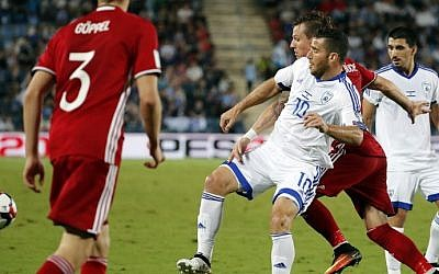 Israel's forward Tomer Hemed (C) vies for the ball against Liechtenstein's Benjamin Buchel during the World Cup 2018 qualification football match between Israel and Liechtenstein at the Teddy Kollek Memorial Stadium in Jerusalem on October 9, 2016. (AFP/Thomas Coex)