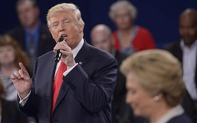 US Democratic Presidential nominee Hillary Clinton (R) and Republican Presidential nominee Donald Trump participate in a town hall debate at Washington University in St. Louis, Missouri, on October 9, 2016 (AFP PHOTO / POOL / SAUL LOEB)