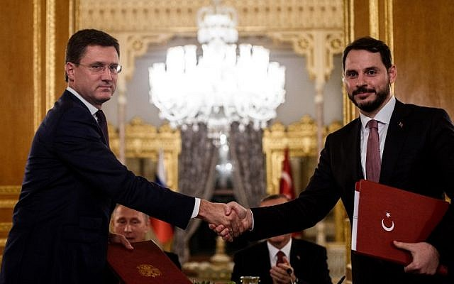 Russian Energy Minister Alexander Novak, left, and his Turkish counterpart Berat Albayrak shake hands after signing an agreement in Istanbul October 10, 2016. (AFP/OZAN KOSE)
