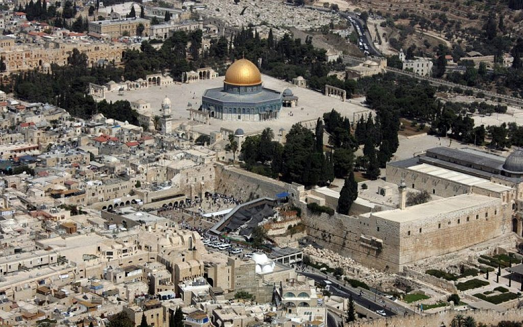 An aerial view of the Dome of the Rock, left, in the compound known to Muslims as al-Haram al-Sharif and to Jews as Temple Mount, in Jerusalem's old city, and the Western Wall, center, the holiest site for Jews, October 02, 2007. (AFP/JACK GUEZ)