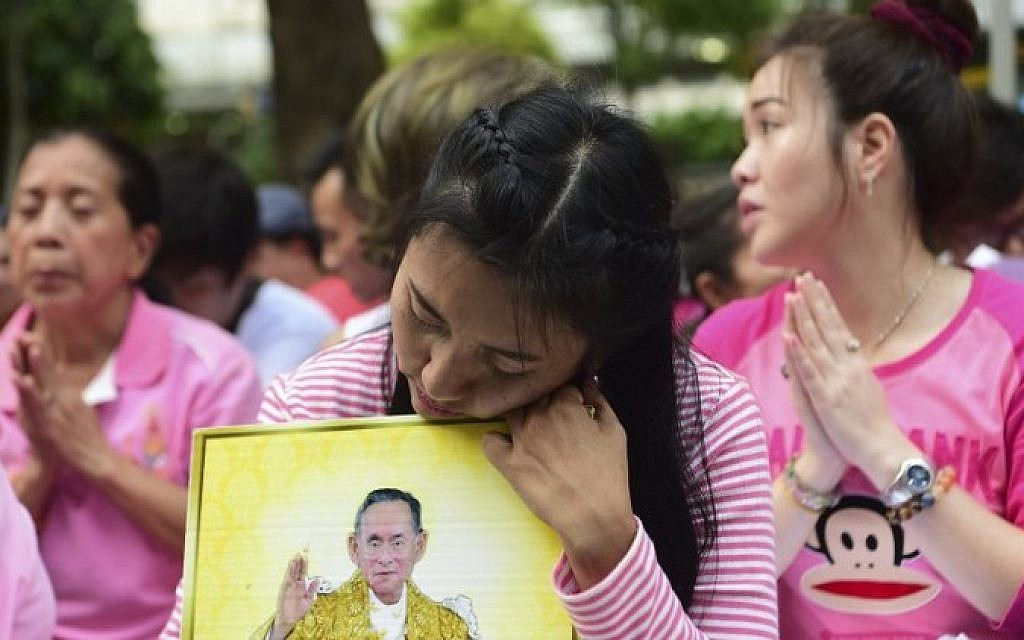 Well-wishers of Thailand's King Bhumibol Adulyadej pray at Siriraj Hospital, where the king was being treated, in Bangkok on October 13, 2016. (AFP PHOTO / MUNIR UZ ZAMAN)
