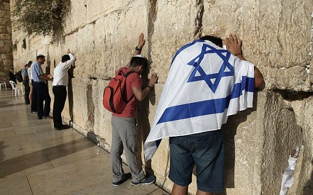 Jewish men worship at the Western Wall in Jerusalem's Old City on October 14, 2016. (AFP PHOTO/MENAHEM KAHANA)