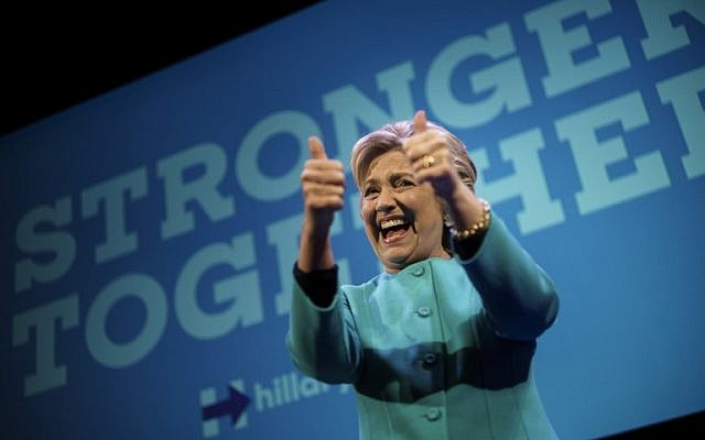 Democratic presidential nominee Hillary Clinton gives the thumbs up after speaking at a fundraiser at the Paramount Theater in Seattle, Washington October 14, 2016. (AFP PHOTO/Brendan Smialowski)