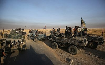 Iraqi forces deploy in the area of al-Shurah, some 45 kms south of Mosul, as they advance towards the city to retake it from the Islamic State (IS) group jihadists, on October 17, 2016. (AFP PHOTO/AHMAD AL-RUBAYE)