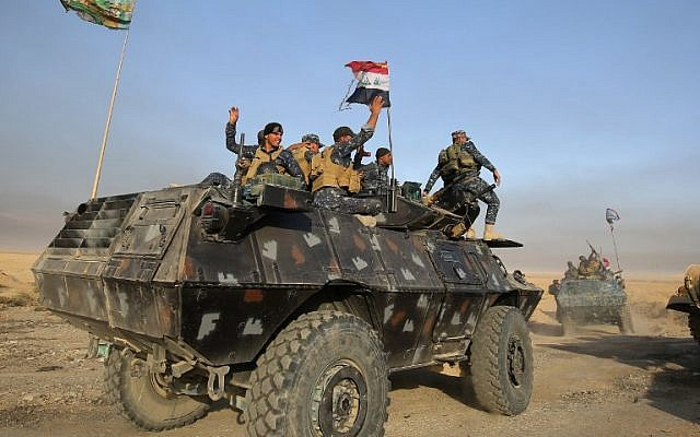 Iraqi forces deploy in the area of al-Shurah, some 45 kms south of Mosul, as they advance towards the city to retake it from the Islamic State group jihadists, on October 17, 2016. (AFP PHOTO/AHMAD AL-RUBAYE)