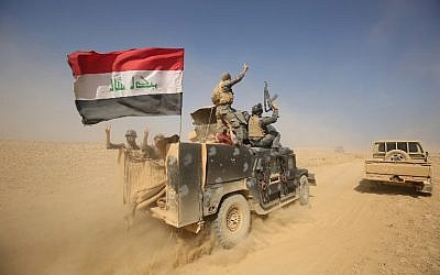 Iraqi forces deploy in the Bajwaniyah village, about 30 kms south of Mosul, on October 18, 2016 after they liberated it from Islamic State (IS) group jihadists. (AFP PHOTO / AHMAD AL-RUBAYE)